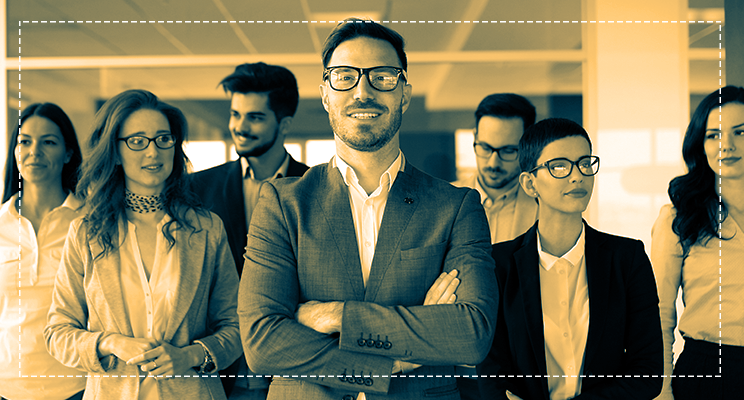 Foto homem ao centro e equipe de escritório posando juntos filtro publicidade