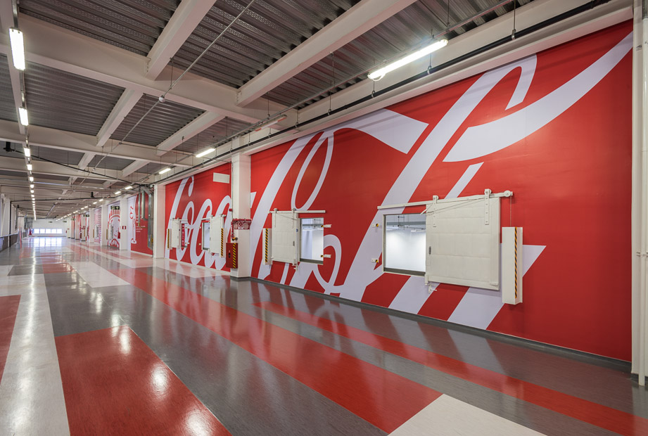 Foto de aplicação de sinalização em um corredor. Branding