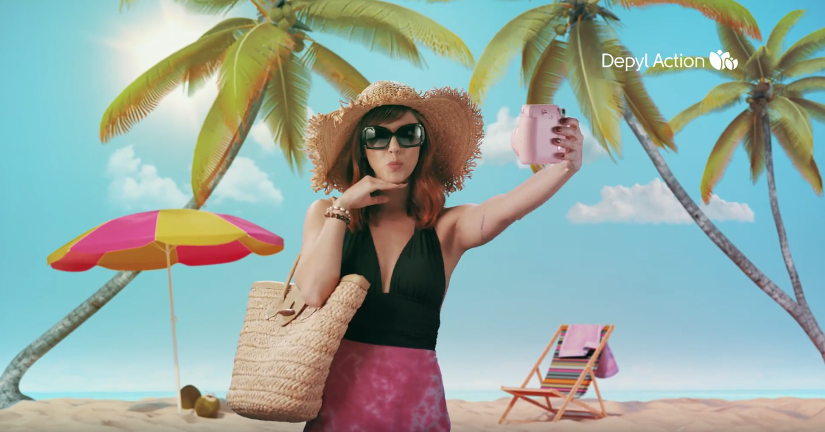 Mulher na praia tirando um selfie