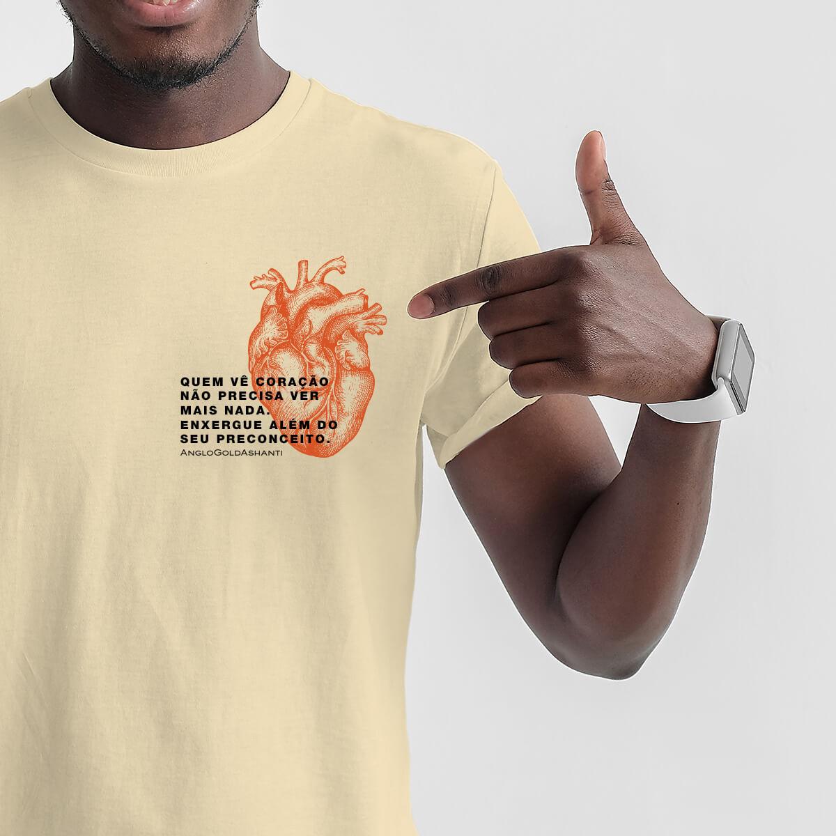 homem apontando para camisa com estampa de campanha de publicidade