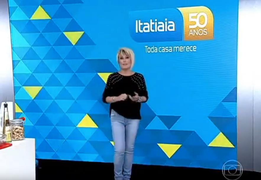 Mulher em pé apresentando um comercial. Publicidade